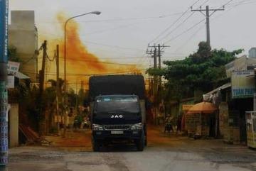 1.000 lít axít đổ ra đường, cả khu dân cư náo loạn