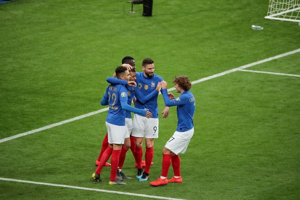 Pháp thị uy sức mạnh bằng chiến thắng 'bốn sao'
