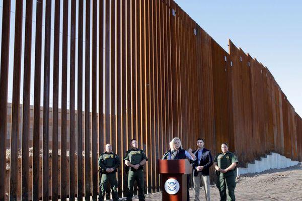 Dự án xây tường an ninh của ông Trump đã có tiền