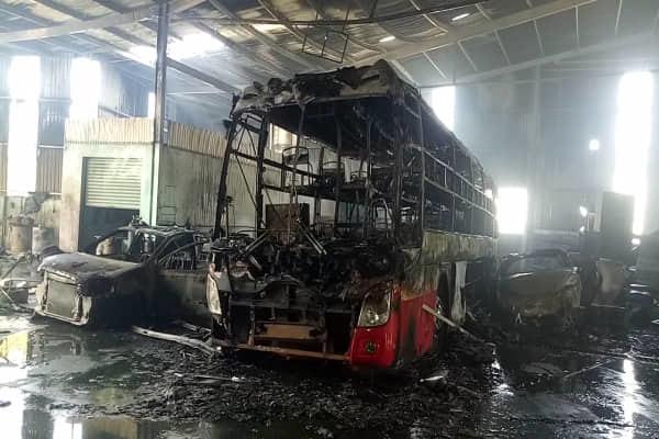 Garage phát hỏa, nhiều ô tô tiền tỷ cháy trơ khung