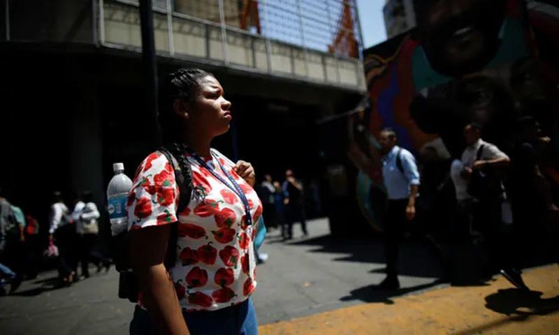 Một nửa Venezuela chìm trong bóng tối, cướp bóc lan rộng