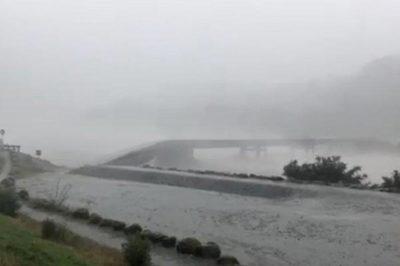 Kinh hoàng khoảnh khắc cây cầu bị mưa bão cuốn phăng