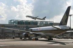 Máy bay chở khách bị dọa đánh bom, Singapore vội điều chiến cơ tháp tùng