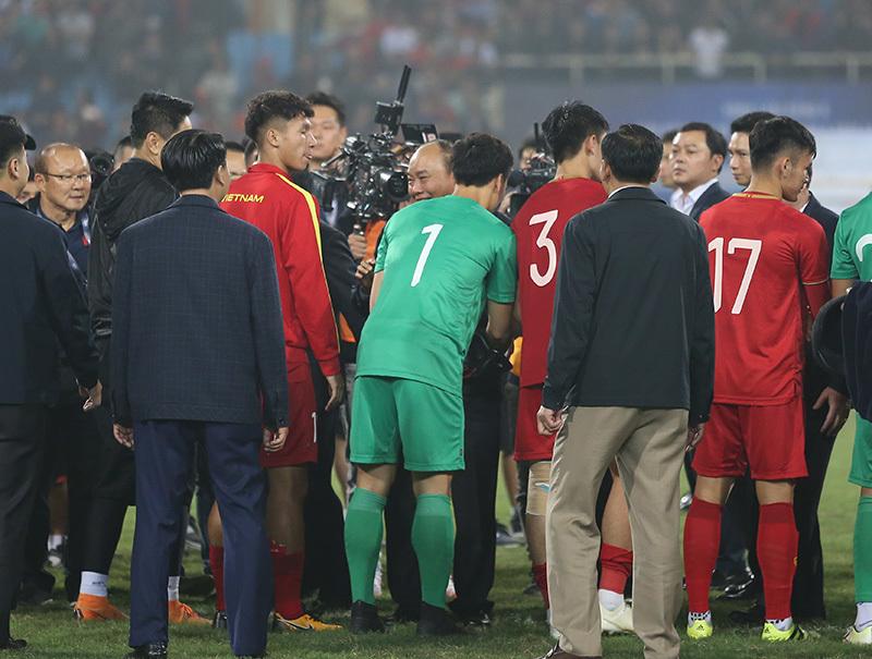 Thủ tướng Nguyễn Xuân Phúc xuống sân chúc mừng U23 Việt Nam