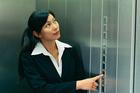 Có được dùng thang máy để kinh doanh quảng cáo không?