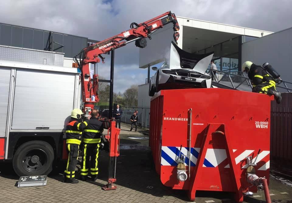 Chữa cháy siêu xe BMW i8 bằng cách thả vào thùng nước