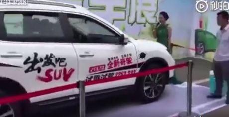 Nữ MC bị ô tô có phanh tự động húc ngã