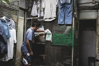 Trải nghiệm cuộc sống trong 'căn hộ quan tài' ở Hong Kong