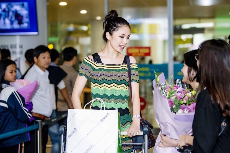 Hoa hậu Hoàn Vũ 2007 Riyo Mori rạng ngời tại sân bay Nội Bài