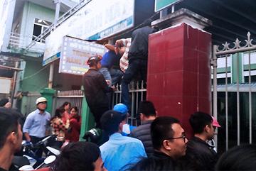 Chen lấn hỗn loạn chờ tiêm vắc xin 6 in 1 ở Đà Nẵng