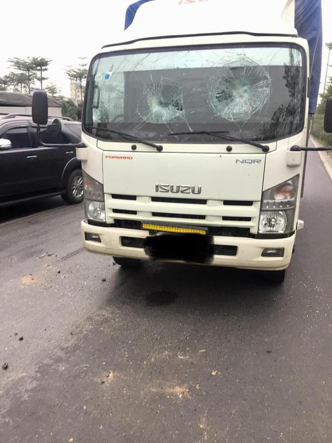 Người đàn ông cầm gạch ném vỡ kính xe tải, thách thức: 'Gọi công an đi'