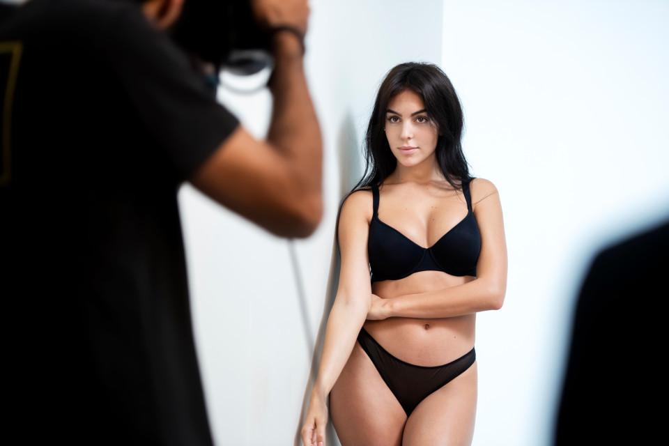 Bạn gái Ronaldo 'đốt mắt' phái mạnh với trang phục bikini