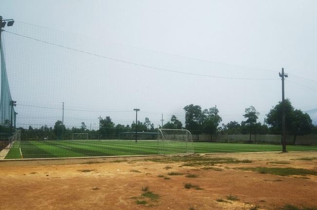 Xẻ sân thể dục của học sinh cho cá nhân thuê làm sân bóng
