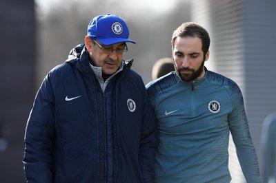HLV Sarri và Higuain rủ nhau đào tẩu khỏi Chelsea