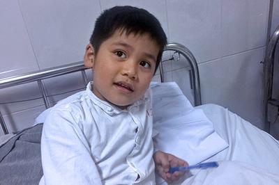Mẹ nghèo khổ sở mong có tiền cho con trai mổ tim