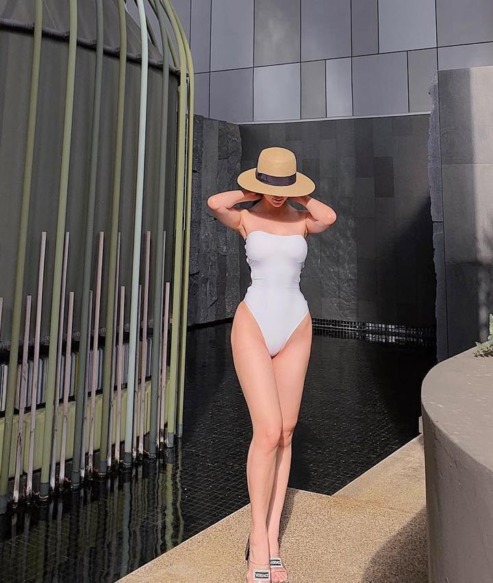 Diện áo tắm sexy, Hoa hậu Phương Khánh 'đụng hàng' Hà Hồ, Mỹ Linh