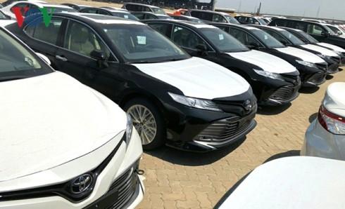 Hình ảnh hàng trăm Toyota Camry 2019 xếp hàng dài tại cảng TP.HCM