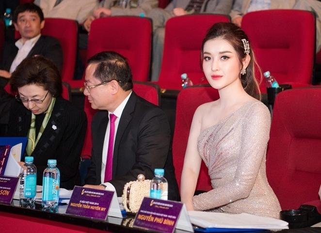 Á hậu Huyền My mặc gợi cảm ngồi xe 6 tỷ mới tậu đi làm giám khảo