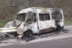 Xe khách 16 chỗ húc dải phân cách, cháy rụi