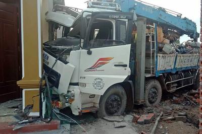 Xe tải đâm gục cột điện, lao dính cứng vào hiên nhà dân
