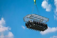 Chuyến bay khỏa thân đầu tiên trên thế giới: Vừa mở đã hết chỗ