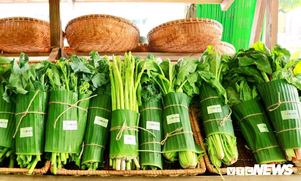Cửa hàng, siêu thị gói rau củ bằng lá chuối khiến khách hàng thích thú