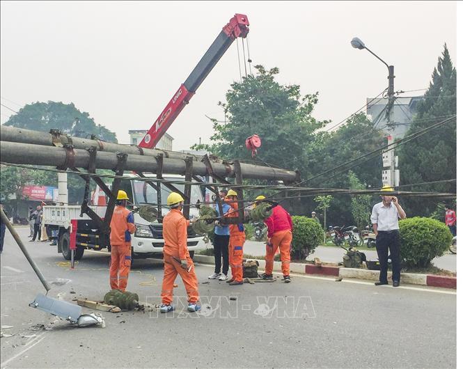Xe container cua gấp lật nhào, Điện Biên mất điện diện rộng