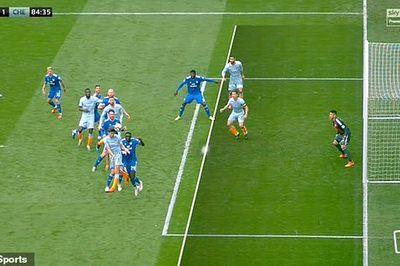 """Xem trọng tài """"biếu không"""" bàn thắng cho Chelsea"""