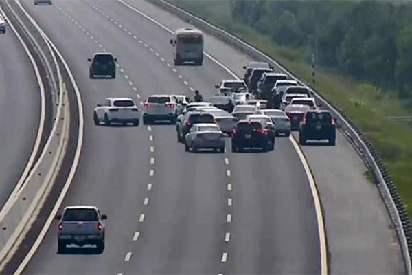 Quá buồn ngủ, tôi dừng xe trên cao tốc để nghỉ có bị phạt?