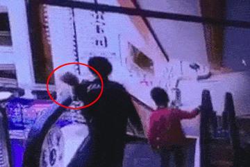 Người mẹ tuột tay làm rơi con 4 tháng tuổi từ thang cuốn và hình ảnh đứa bé còn lại gào khóc khiến ai cũng ám ảnh