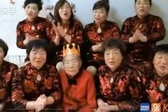 Cụ bà 88 tuổi được 8 cô con gái hát chúc mừng sinh nhật