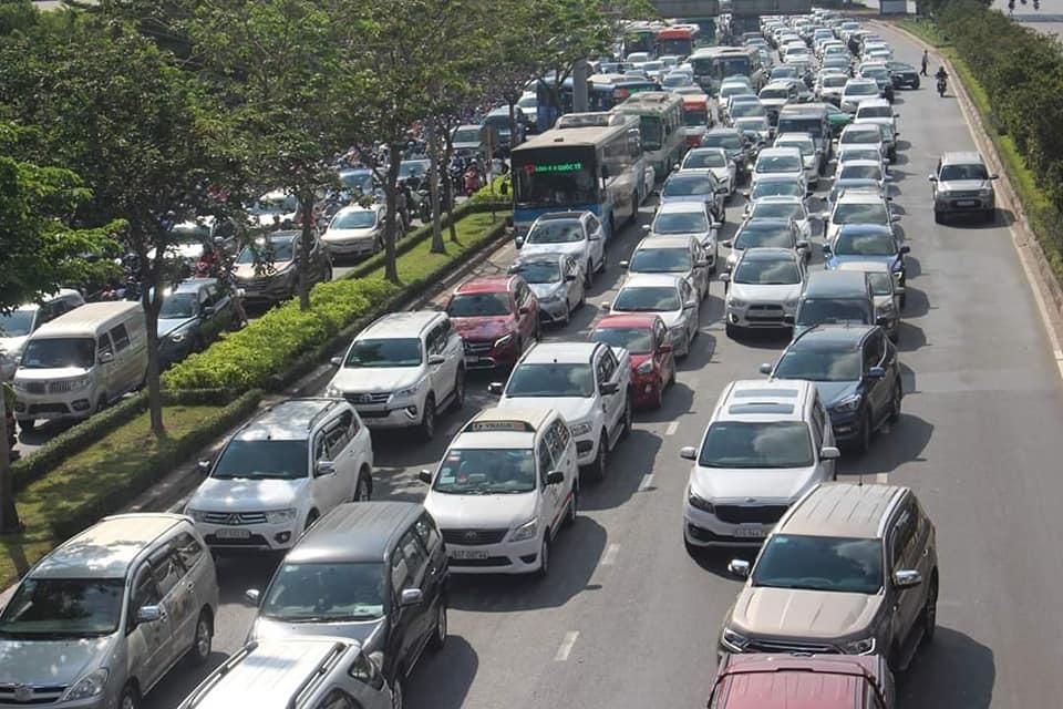 4 ô tô dính nhau trên cầu Sài Gòn, nghìn xe nối dài ngút mắt