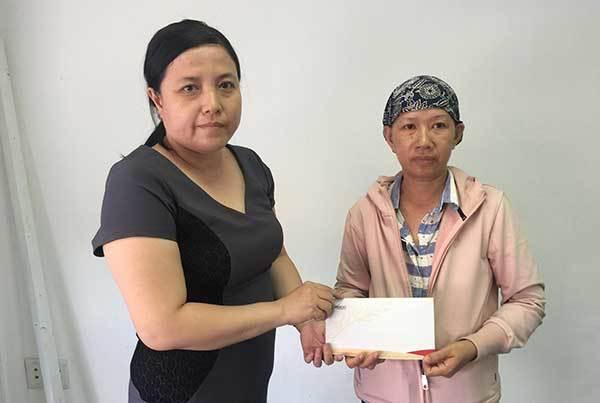 Bạn đọc giúp đỡ người phụ nữ ung thư bán vé số mưu sinh