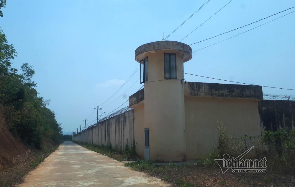 Bị can cắt song sắt buồng giam bỏ trốn 'kéo' người tình 9x vào lao lý