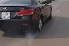 Hài hước ô tô bị thủng lốp bốc khói vẫn chạy trên đường