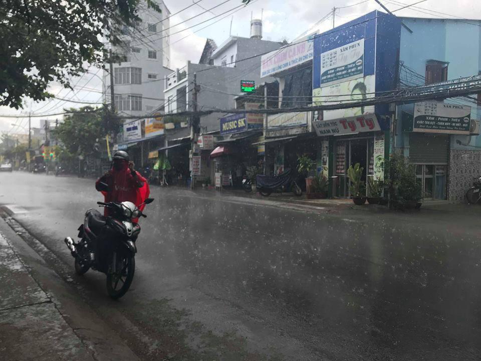 Người Sài Gòn ướt sũng chạy mưa sau nhiều tháng nắng gắt