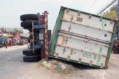 Bắt giam tài xế vụ lật xe container 3 người chết thảm