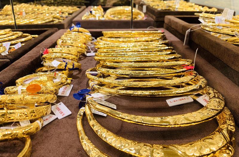Giá vàng hôm nay 4/4: USD treo cao, vàng thất thế, xuống thấp