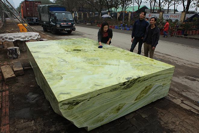 Sập ngọc nguyên khối nặng chục tấn: Đại gia bỏ tiền tỷ nằm mát lưng