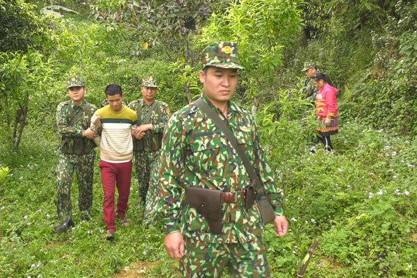 Giải cứu thiếu nữ giằng co với kẻ buôn người ở biên giới