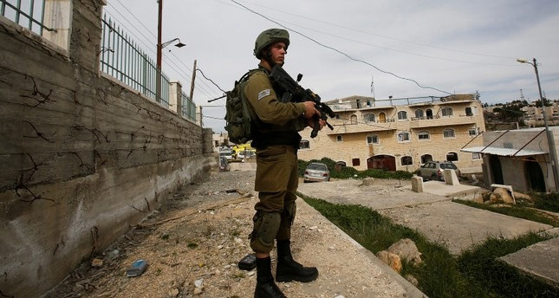 Lính Israel 'vũ khí tận răng' ập vào trường bắt bé trai