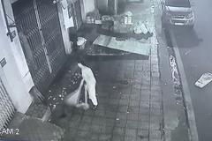 """Bức xúc hàng xóm thường quét rác sang nhà, cô gái tung clip nhờ dân mạng """"mách nước"""""""