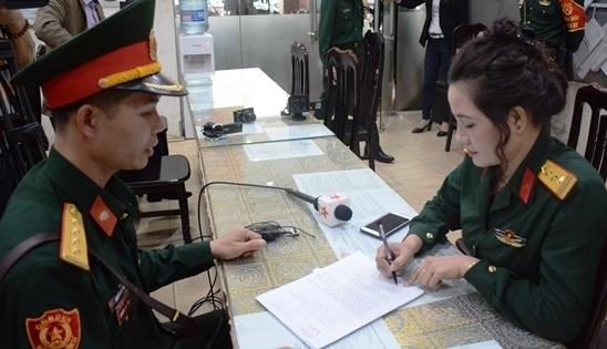 Bắt đối tượng nữ giả danh sĩ quan quân đội