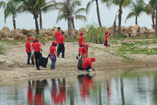 Vietjet chung tay làm sạch bãi biển Hạ Long