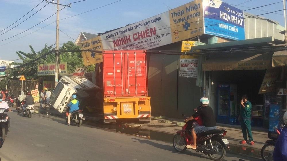 Xe container 'xé toạc' nhà dân, tài xế ngủ luôn trong cabin