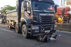 Cô gái chạy xe máy qua ngã tư bị xe tải cuốn vào gầm kéo lê