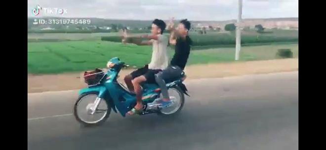 Đi xe máy thả hai tay 'múa quạt', cặp thanh niên nhận cái kết đầy đau thương