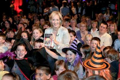 Kiếm tiền vô kể, tác giả 'Harry Potter' giàu đến mức khó tin