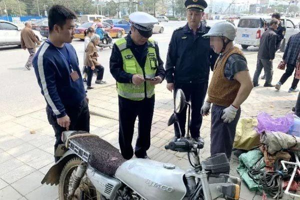 Trung Quốc,cảnh sát giao thông,bằng lái xe giả