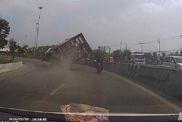 Xe container lật giữa đường, tài xế xe máy thoát chết trong gang tấc